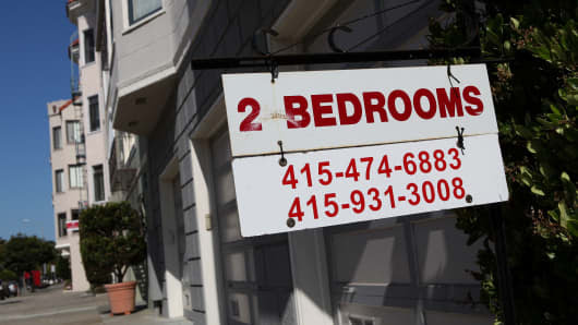 A sign advertising an apartment for rent in front of an apartment building in San Francisco, California.